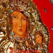 Matka Boska Częstochowska, zbliżenie koszulka złoconona wysadzana kamieniami szlachetnymi